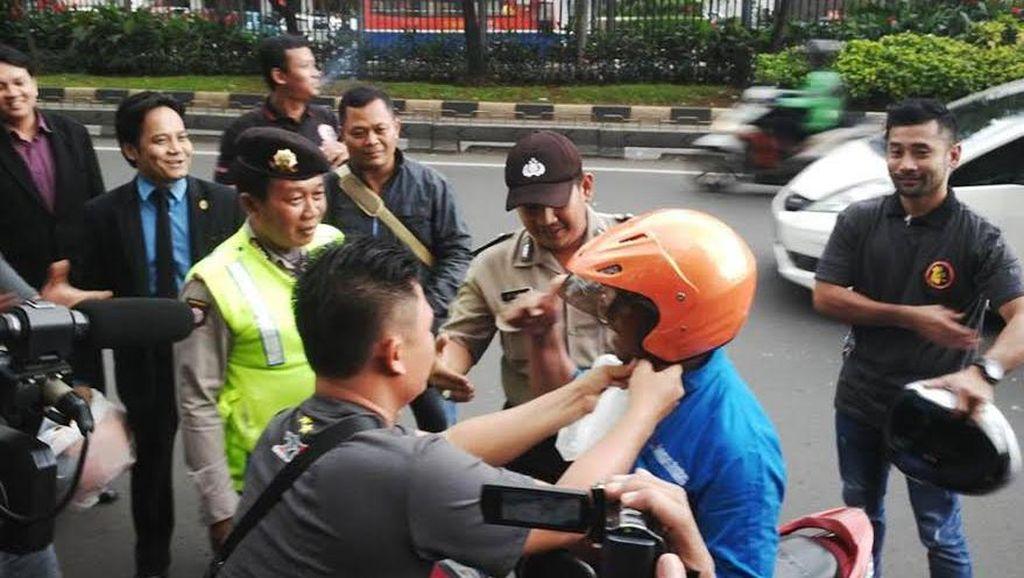 Dikmaba Polri Bagi-bagi Helm