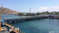 Tiba di Pelabuhan Poto Tano dengan dermaga yang cukup panjang. Keluar kapal, traveler dapat langsung berjalan melewati dermaga itu (Masaul/detikTravel)