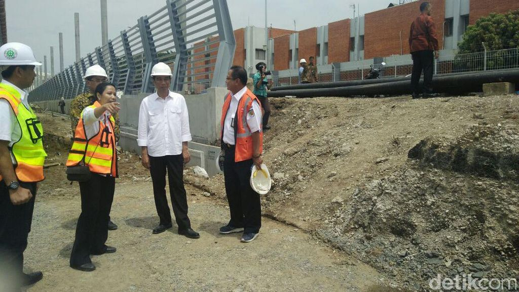 Gaya Blusukan Jokowi di Tengah Timbunan Tanah dan Debu Proyek Kereta Bandara