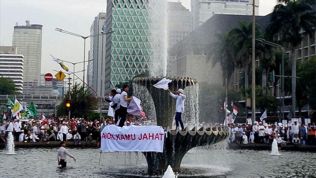Spanduk Demo 4 November: Ahok Kamu Jahat