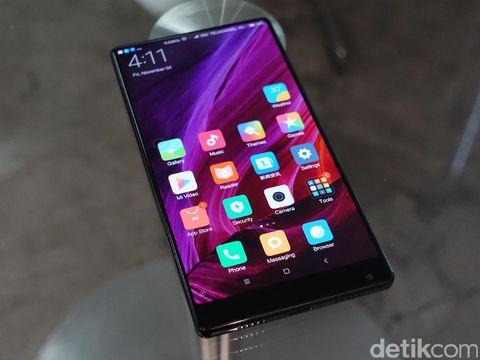 Rasio layar ke bodi yang luas membuat ponsel terlihat tanpa bingkai.
