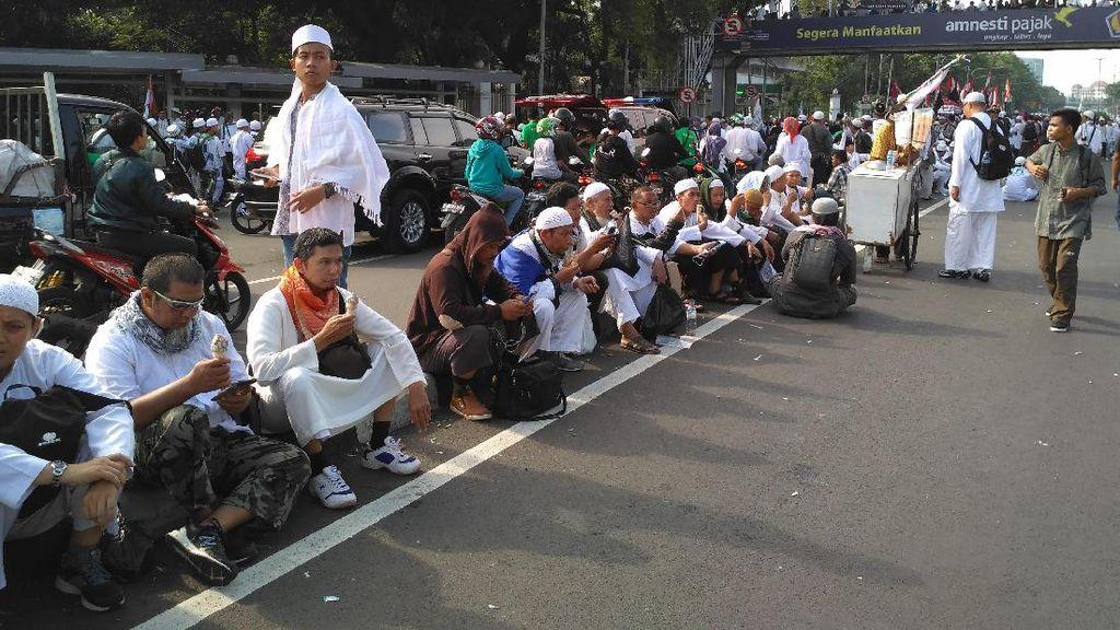 Lelah, Sebagian Pendemo dari Luar Jakarta Istirahat di Gambir