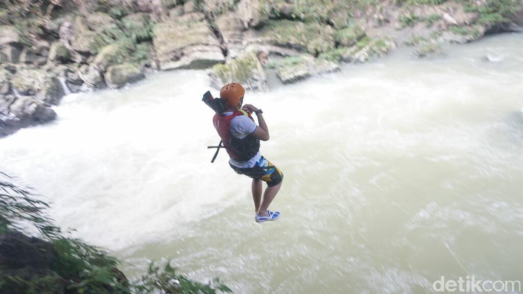 Adu Nyali, Terjun Dari Ketinggian 17 Meter di Green Canyon