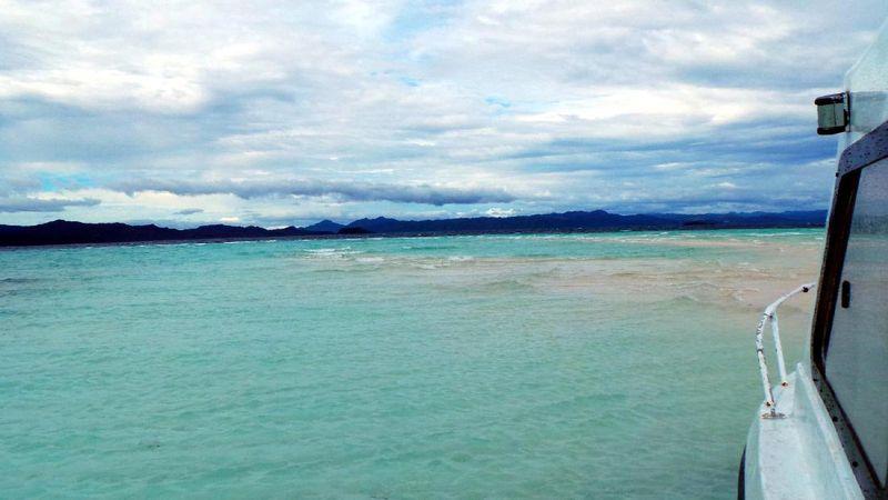 Pasir Timbul Pulau Mansuar adalah destinasi baru yang tengah naik daun di kalangan wisatawan yang liburan ke Raja Ampat. Untuk menuju ke sini, wisatawan bisa naik speedboat selama 1 jam dari Waisai, ibukota Raja Ampat (Wahyu/detikTravel)
