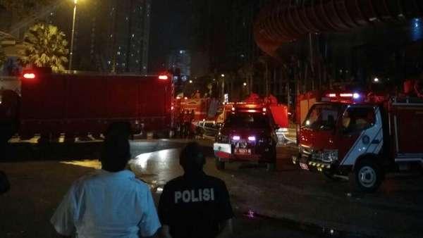 Petugas Naik Tangga Sampai Lantai 40 untuk Padamkan Api di Neo Soho