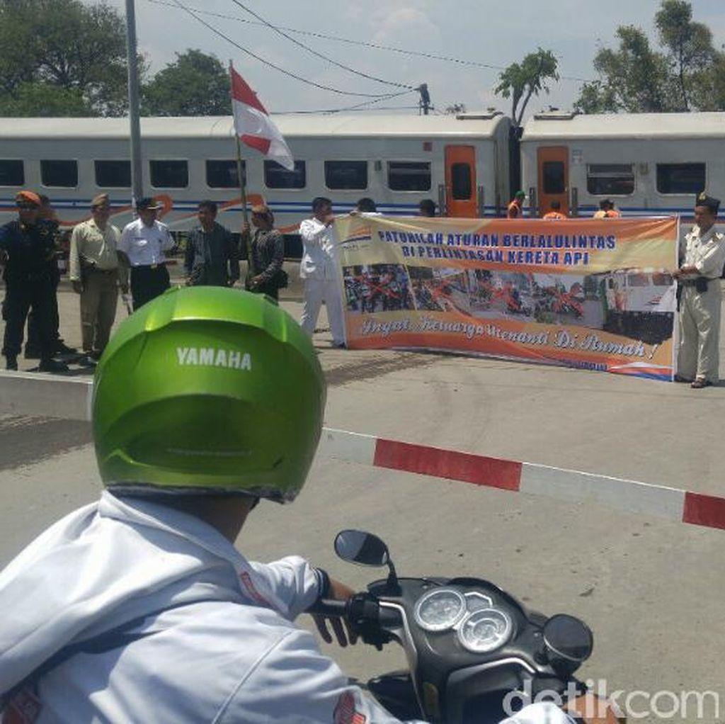 Bujuk Pemotor Tak Terobos Pintu KA di Semarang, Petugas KAI Bagikan Bunga