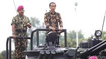 Sambangi Markas Marinir, Jokowi Naik Tank