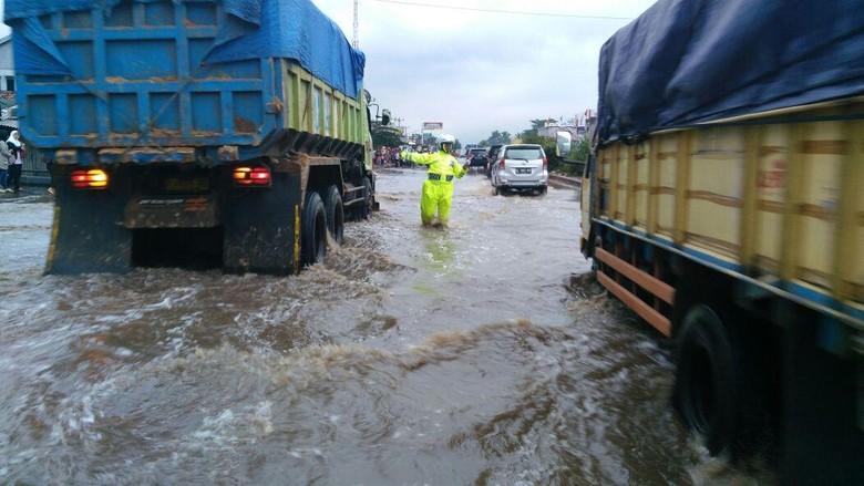 Banjir Masih Menggenangi Jalanan Rancaekek, Lalin Bandung-Garut Lumpuh