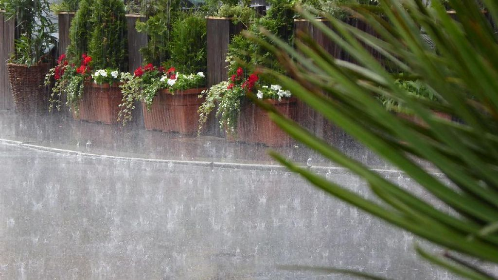 Memantul di Seng Atap Rumah, Hujan Es Turun Deras di Ciracas