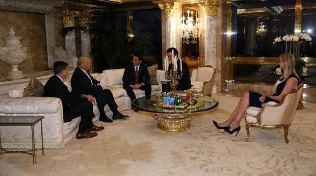 Ivanka, putri Trump, menjadi sorotan saat mendampingi ayahnya dalam pertemuan perdana dengan PM Jepang Shinzo Abe