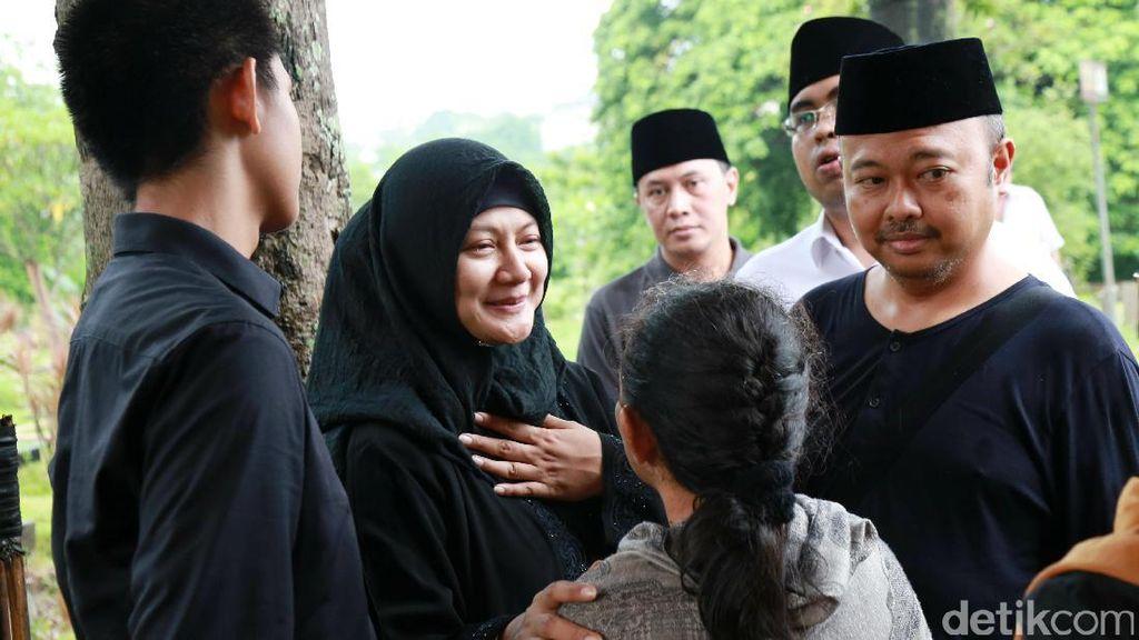 Senyum Ikhlas Iga Mawarni di Pemakaman Sang Suami