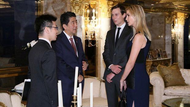 Ivanka Trump dan suaminya Jared Kushner saat menemui PM Jepang di Trump Tower