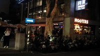 Restoran Hooters aslinya dari AS, namun franchisenya tersebar di berbagai kota di dunia, termasuk juga di Taipei, Taiwan. Restoran ini terkenal di kalangan traveler karena pelayannya yang cantik dan seksi dengan pakaian yang minim (Wahyu/detikTravel)