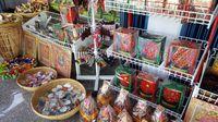 Aneka tas dan aksesoris bertema Rafflesia yang khas Bengkulu (Fitraya/detikTravel)