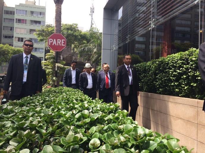 Gaya JK Pakai Fedora dan Jas, Saat Jalan Pagi di Lima