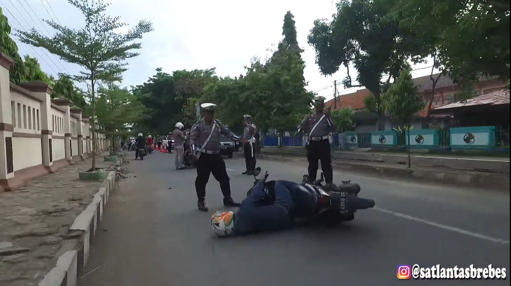 Super Keren! Mannequin Challenge Polisi Brebes Bikin Heboh
