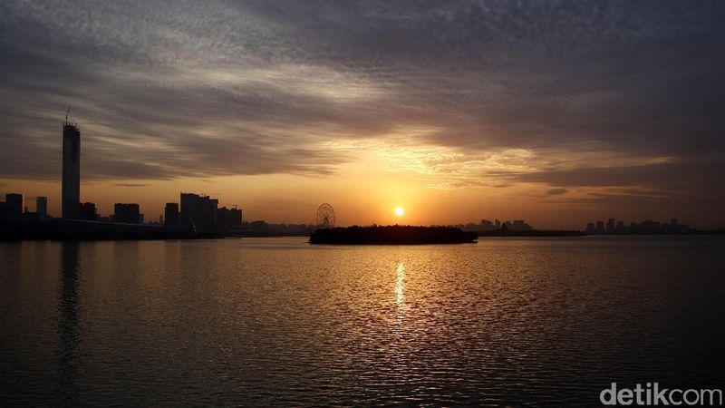 Danau Jinji adalah salah satu danau yang ada di Kota Suzhou, Provinsi Jiangsu, China. Dari danau ini, traveler bisa melihat golden sunrise yang juara seperti ini (Agung/detikTravel)