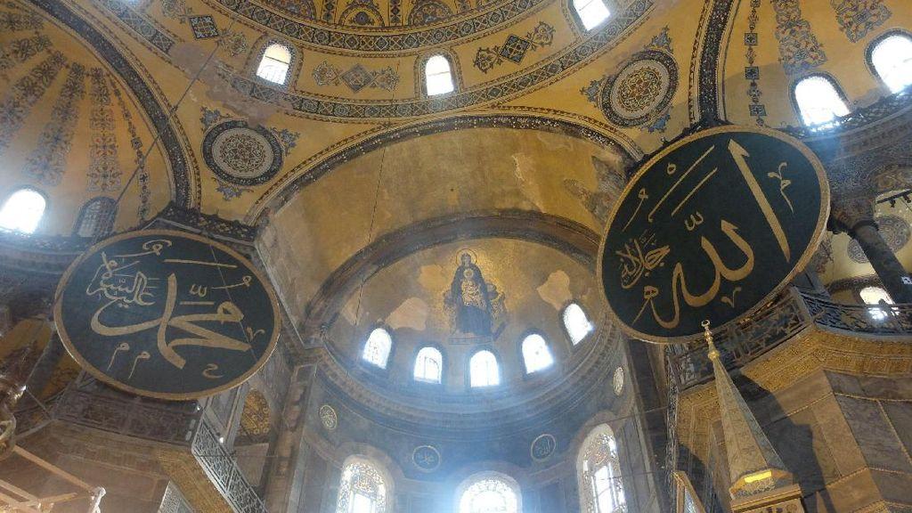 Saat Simbol Agama Islam & Kristen Berdampingan di Hagia Sophia