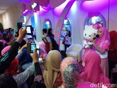 Dihibur Hello Kitty yang Menggemaskan di Dufan