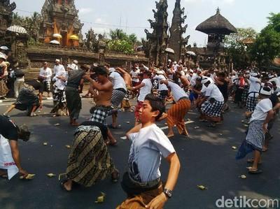 Perang Ketupat yang Seru dan Penuh Tawa di Bali
