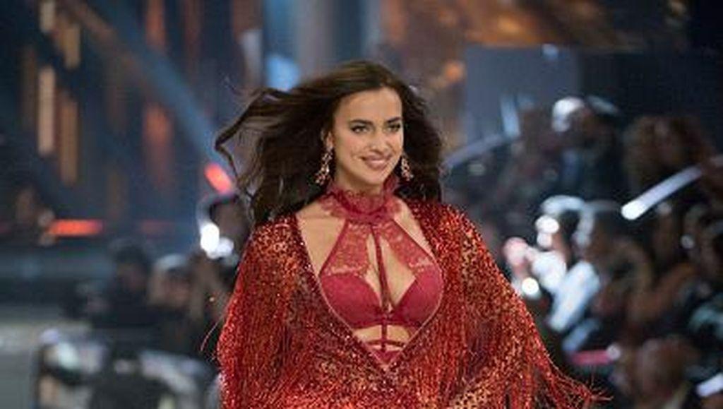 Hamil, Irina Shayk Pamer Perut Rata di Cover Vogue
