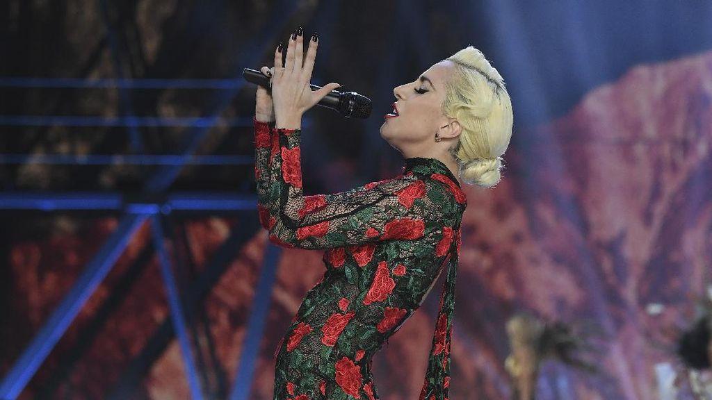 Kontras, Lady Gaga Malah Tampil Tertutup di Victorias Secret Fashion Show