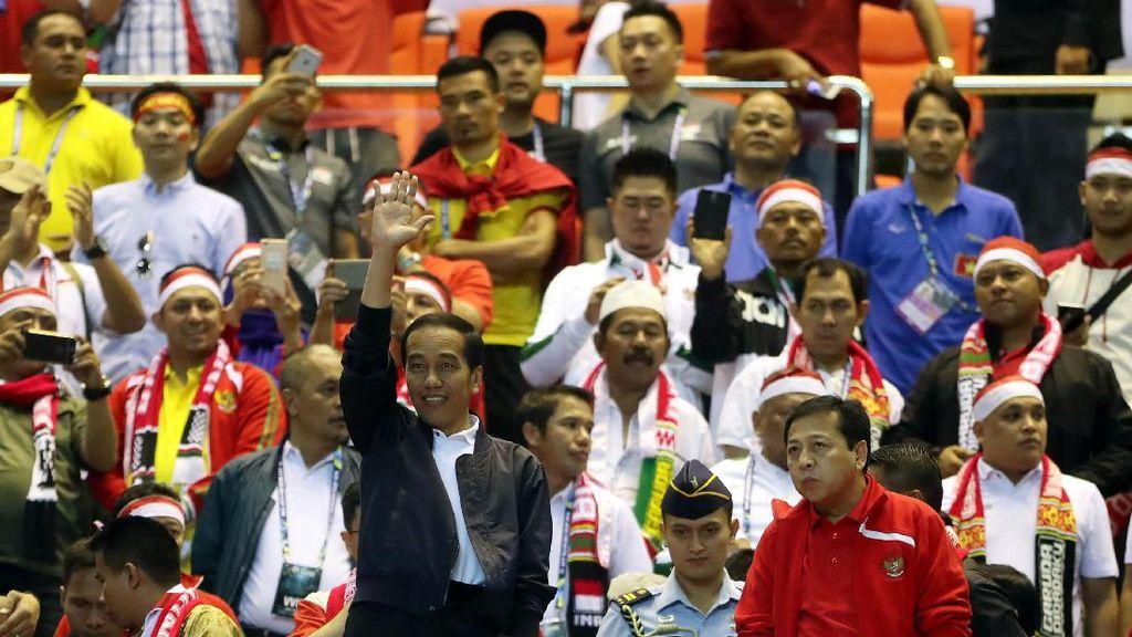 Stylish Saat Nonton Bola, Inikah Merek Jaket yang Dipakai Jokowi?
