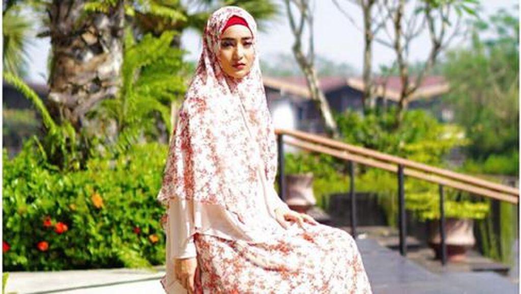 Foto: Gaya Hijab Syari dan Bersahaja Cindy Fatikasari