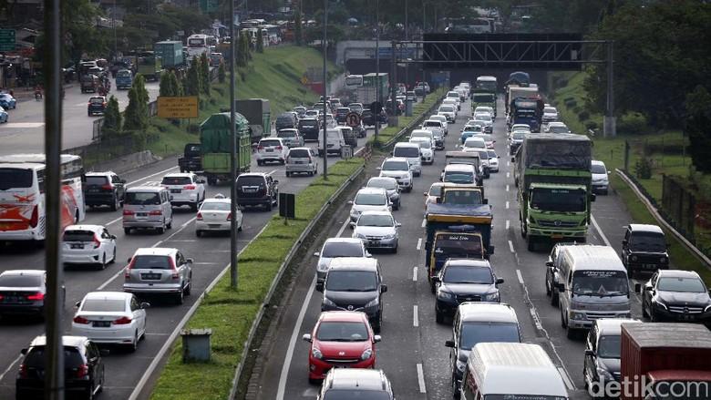 Imbas Kecelakaan Truk, Tol Cikunir Arah Cikampek Macet 20 Km