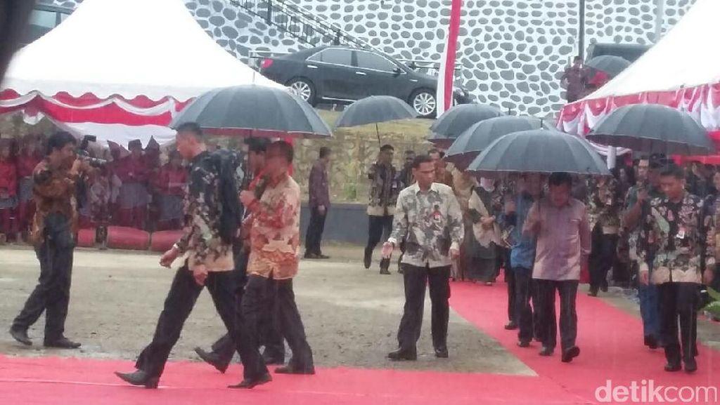 Di Tengah Guyuran Hujan, JK Resmikan Proyek Infrastruktur di Sulawesi Barat
