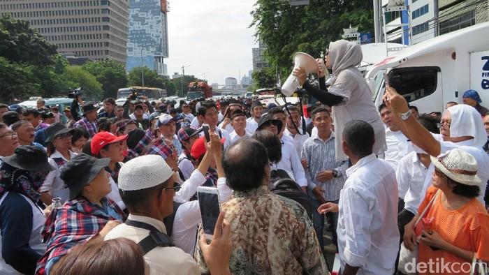 Foto: Massa berorasi di Depan Gedung Eks PN Jakpus/ Harris detikcom