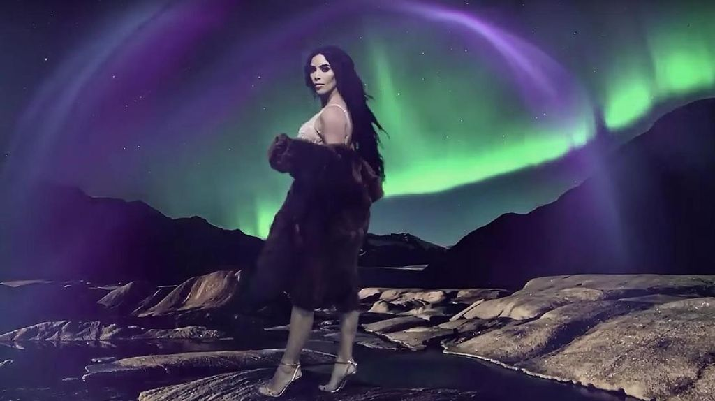 2 Bulan Pasca Perampokan, Kim Kardashian Kembali Pose Seksi di Kalender Love