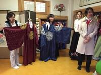 Hanbok terdiri dari 2 bagian, yaitu Jeogori dan Chima. Blus bagian atas disebut Jeogori, sedangkan Chima adalah rok bagian bawah. Untuk pria ada celana yang disebut Baji (Hafiz/detikTravel)