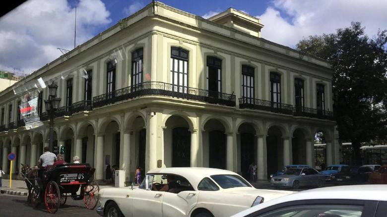 Suasana jalanan di Kota Havana, Kuba yang didominasi bangunan dan mobil antik (Triono/detikTravel)