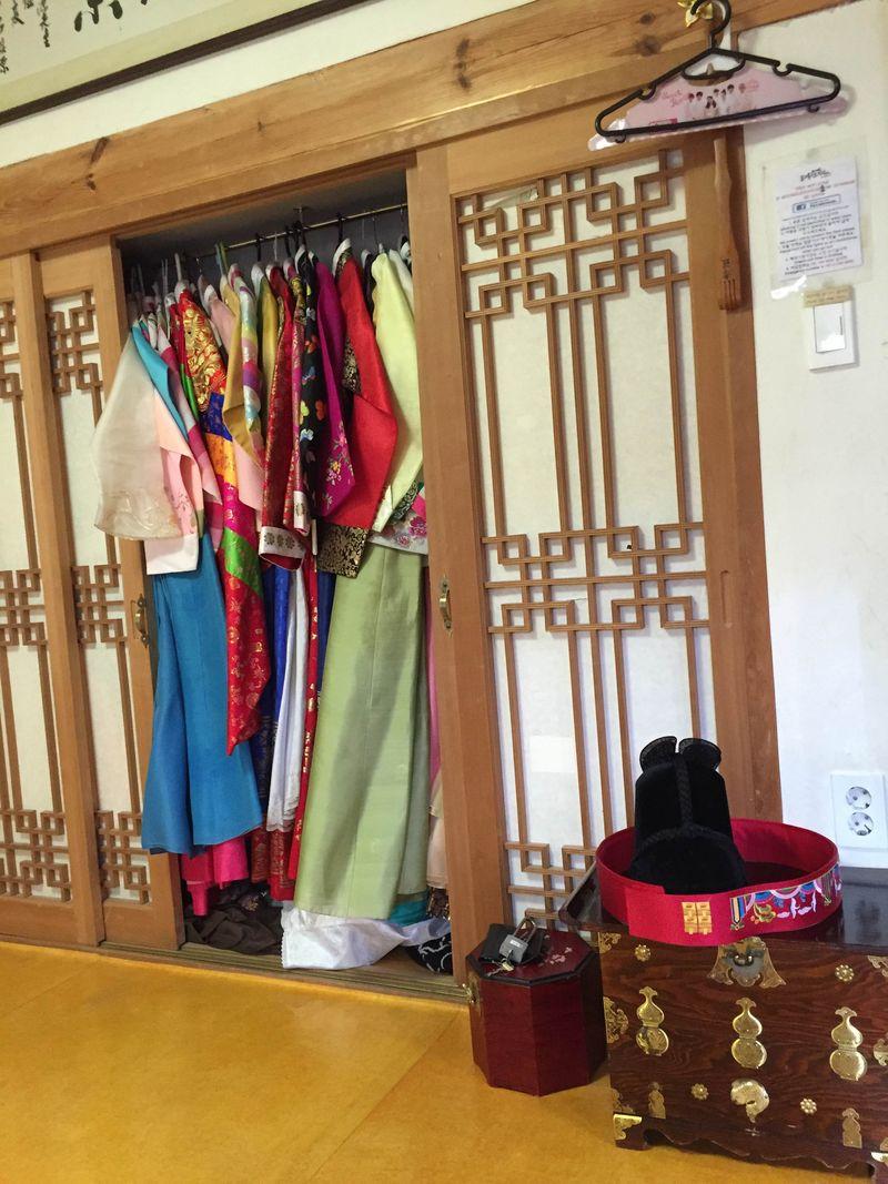 Ketika berkunjung ke Seoul pada Senin kemarin (12/12/2016) detikTravel berkesempatan melihat bagaimana cara pemakaian hanbok dan sedikit penjelasan soal warna-warni hanbok di Moon Guest House (Hafiz/detikTravel)