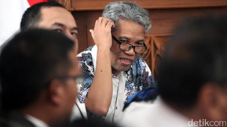 Buni Yani Dituntut Tahun Penjara - Bandung Jaksa menuntut Buni Yani dengan pidana penjara selama tahun dan denda Rp juta subsider bulan Jaksa menilai