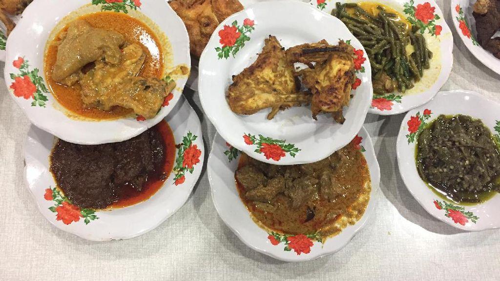 Bernostalgia Makan Siang di 5 Rumah Makan Legendaris Ini
