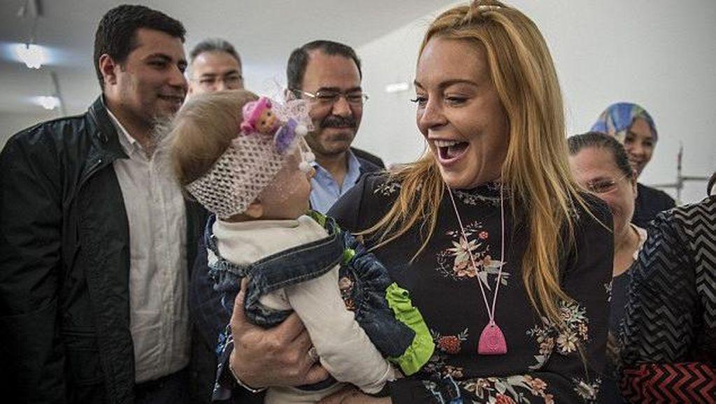 Diminta Lepas Jilbab di Bandara, Lindsay Lohan Takut Kembali ke AS