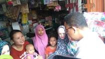 Sambil Beli Kerudung, Anies Janjikan Modal ke Pedagang Pulo Gadung