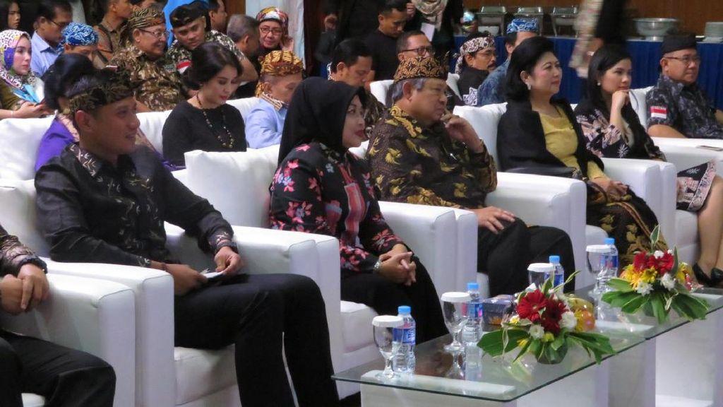 Kue dan Bunga Jadi Kado Agus untuk Ani Yudhoyono
