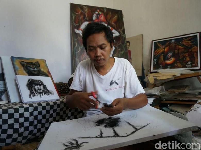 Seniman di Jombang Membuat Karya dengan Rambut Manusia