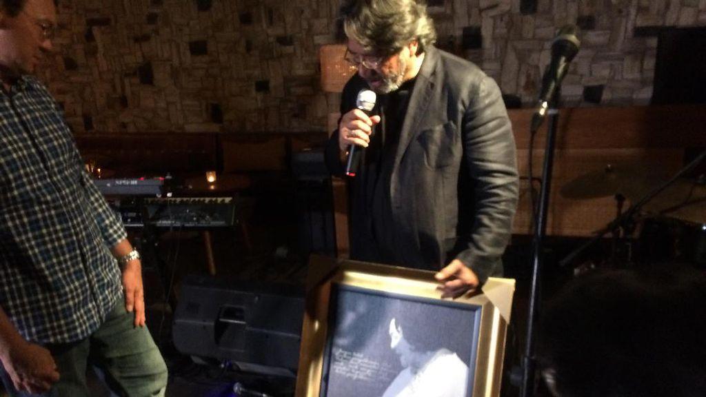 Ahok Dapat Hadiah Berupa Fotonya yang Sedang Sungkeman dari Darwis Triadi