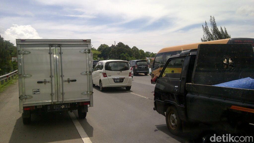 Ada Pengurangan Lajur, Kendaraan Mengular Hingga 3 KM Jelang Jembatan Cisomang