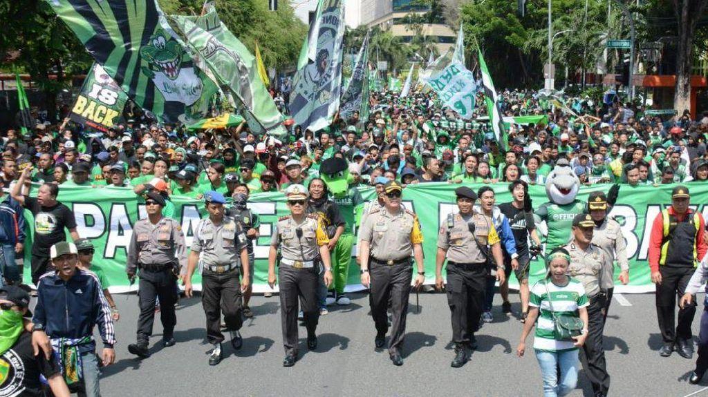 Parade Bela Persebaya Tertib, Bonek Bahkan Foto Bareng Polisi