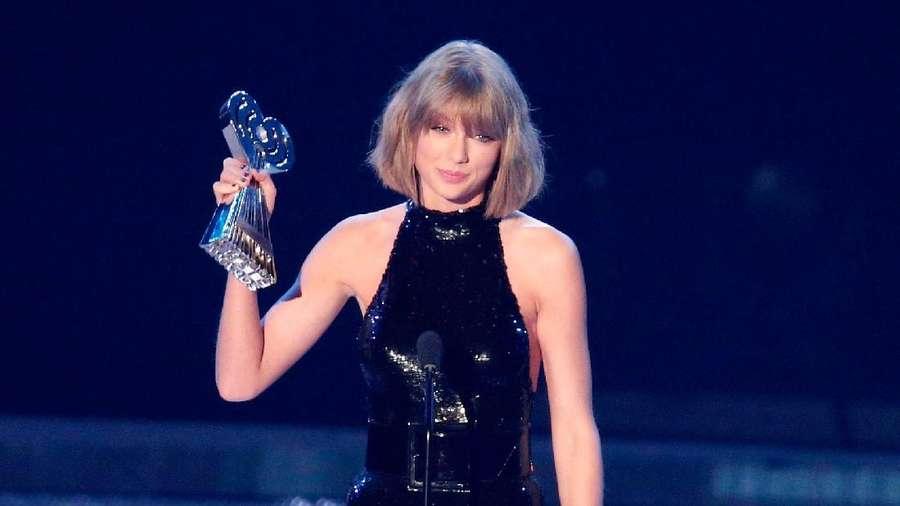 Jumpsuit Hitam Kylie Jenner dan Taylor Swift, Who Wore It Better?