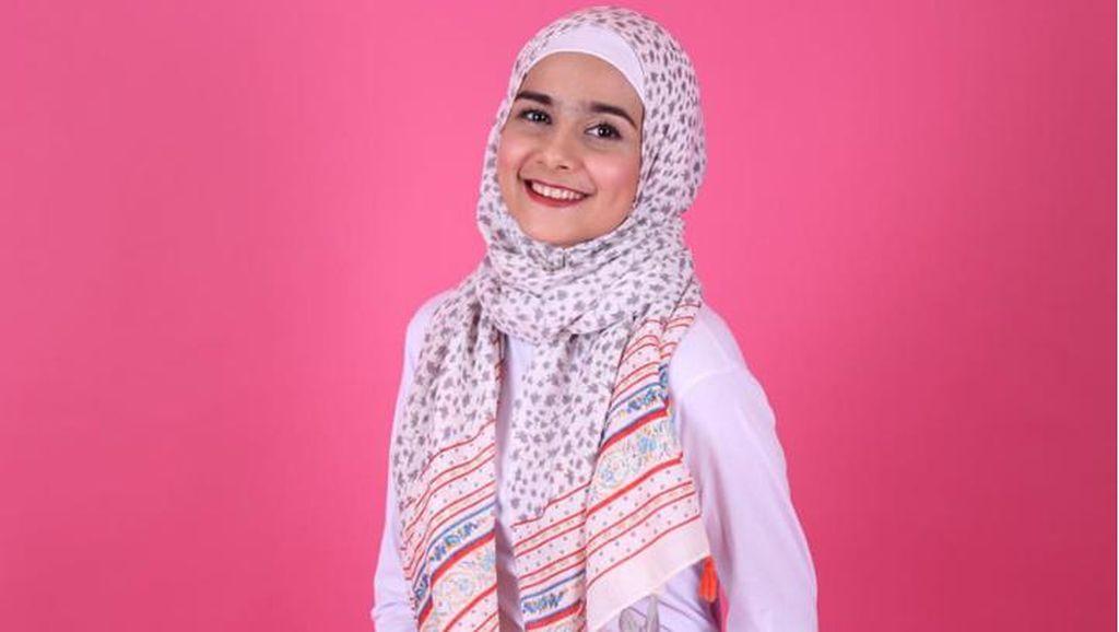 Foto: Gaya Hijab Kasual Istri Hengky Kurniawan, Sonya Fatmala