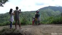 Wisatawan pun dengan asyiknya berfoto ria di Kawasan Bukit Ongakan. Mumpung masih dalam nuansa liburan Tahun Baru (Andhika/detikTravel)