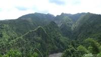 Bukit ini memiliki pemandangan yang hijau nan asri karena letaknya tepat di lereng sebelah utara Gunung Kelud. Pemandangan gugusan bukit yang berjajar ini seolah-olah mirip dengan punggung kura-kura (Andhika/detikTravel)