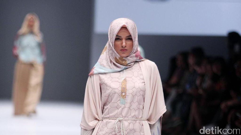 Foto: Koleksi Ria Miranda for Blibli di Jakarta Fashion Week 2017