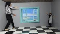 Foto: Amazing Art World adalah museum yang menyimpan ratusan koleksi lukisan berefek 3 dimensi yang keren. Aneka ilusi optik, alias tipuan mata dihadirkan di sini. Traveler pun bisa mencoba berfoto dengan pose unik seperti ini (Avitia/detikTravel)